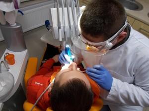 dentysta olsztyn/zabiegi//stomatolog podczas zabiegu w gabinecie/rtg